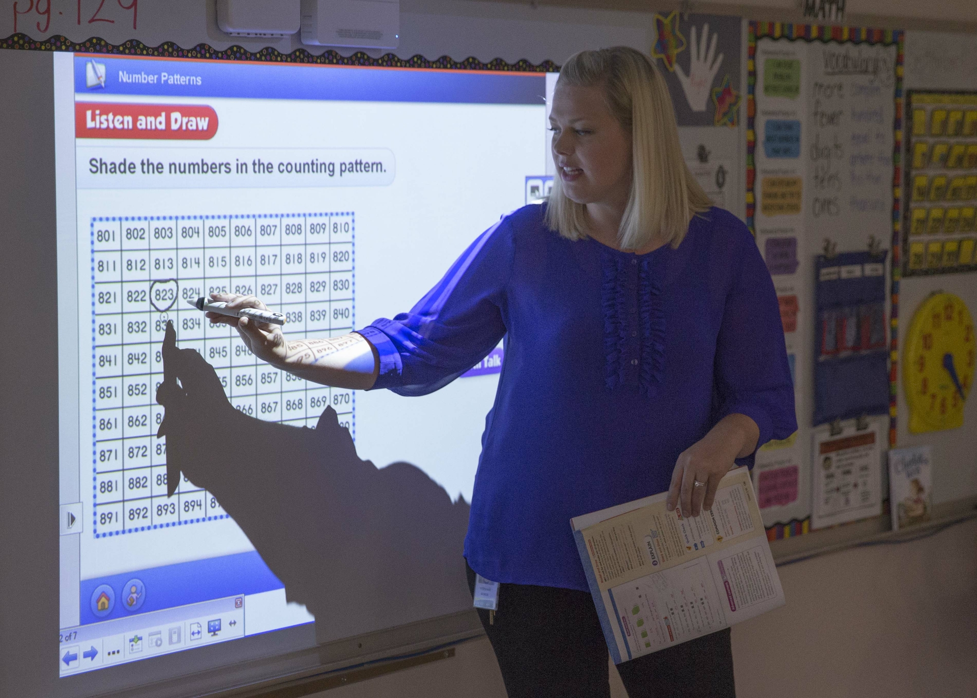 Des Moines Teacher Using BrightLink Pro