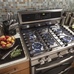 Edge-to-Edge Cooktop with Gas Burners