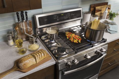 Edge-to-Edge Gas Cooktop with Dual Purpose Center Burner