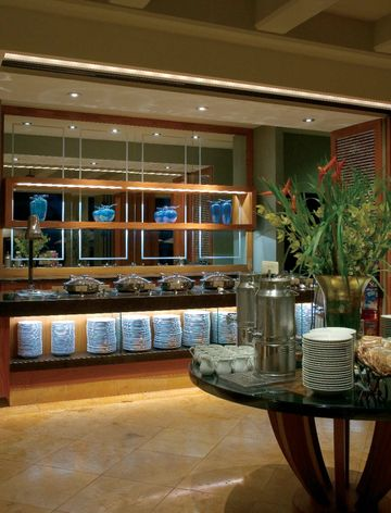 DUO Restaurant at Mauis Four Seasons Resort showcases GEs Precise™ IR 37-watt MR16 lamps.