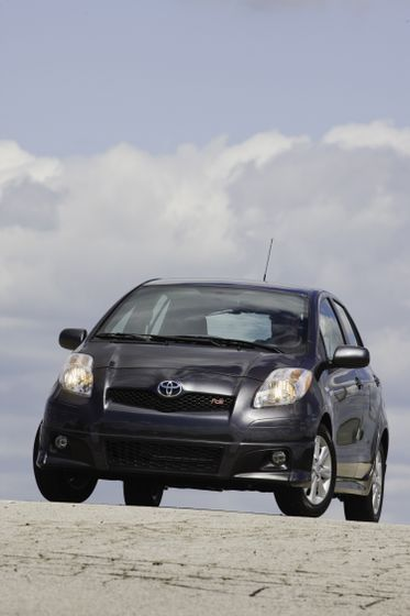 2011 Toyota Yaris Hatchback 38