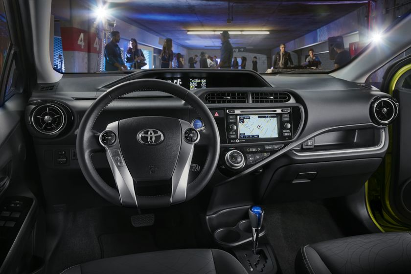 2015_Toyota_Prius_c_003