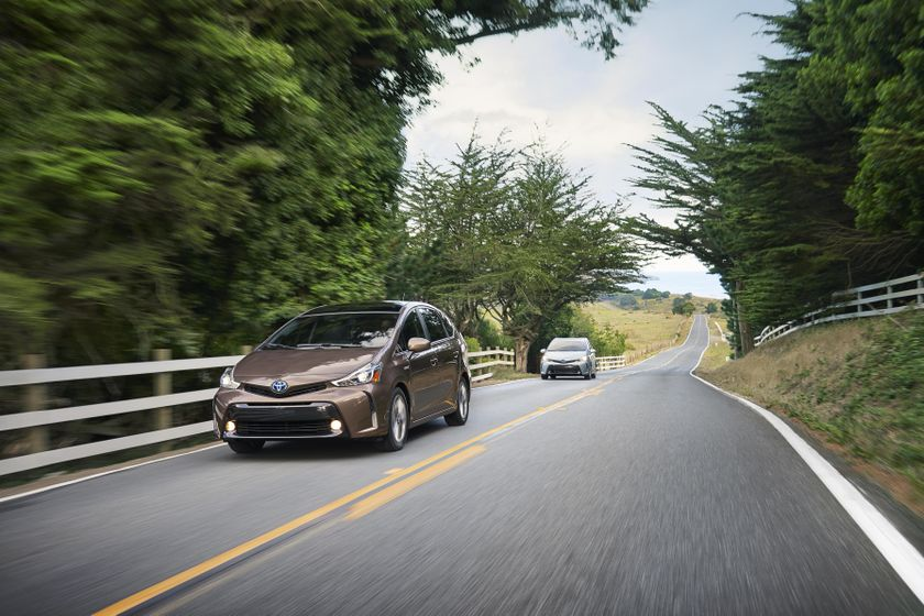 2015-2018 Toyota Prius v 006 [US]