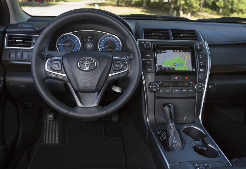 2015_Toyota_Camry_XLE-15