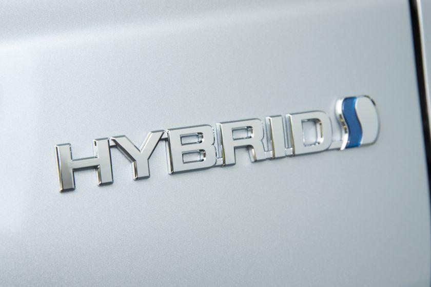 2015_Toyota_Camry_Hybrid_SE-16