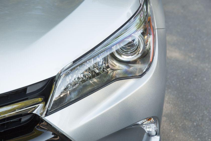 2015_Toyota_Camry_Hybrid_SE-18