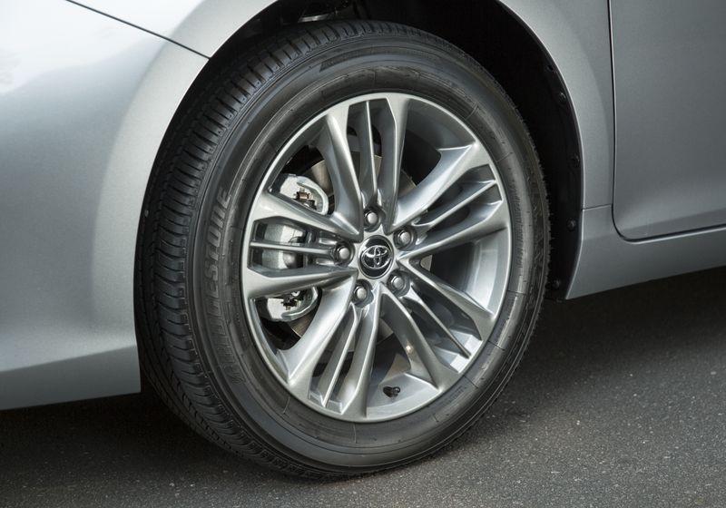 2015_Toyota_Camry_Hybrid_SE-20