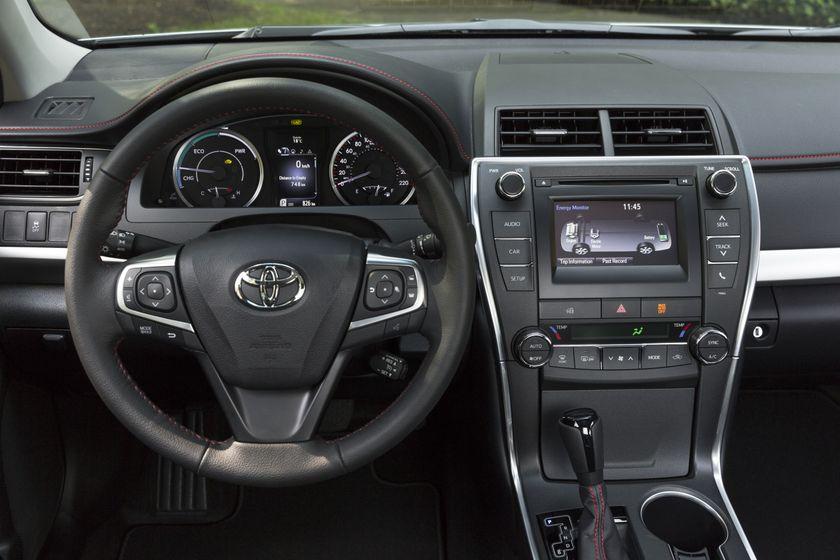 2015_Toyota_Camry_Hybrid_SE-23