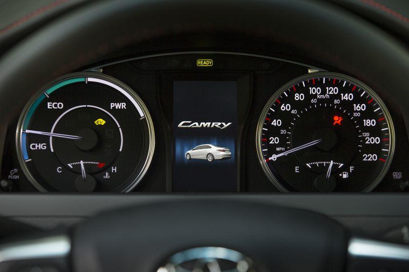 2015_Toyota_Camry_Hybrid_SE-24