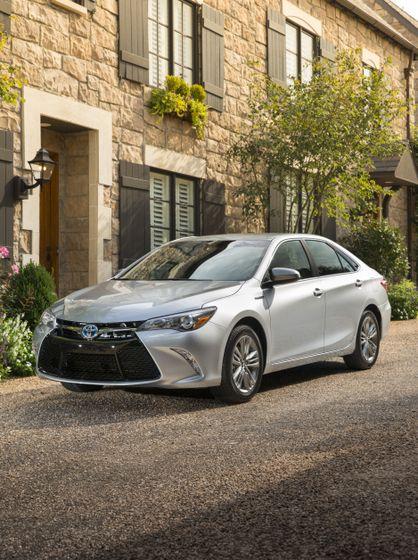 2015_Toyota_Camry_Hybrid_SE-04