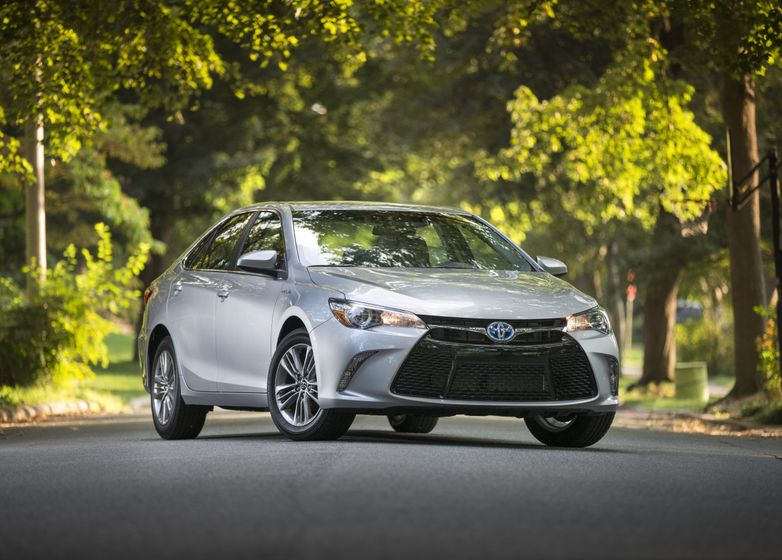 2015_Toyota_Camry_Hybrid_SE-07