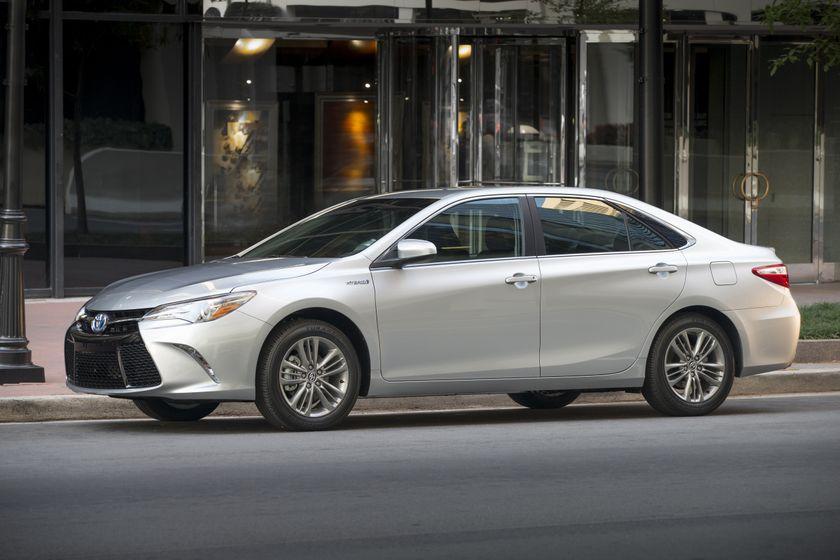 2015_Toyota_Camry_Hybrid_SE-08