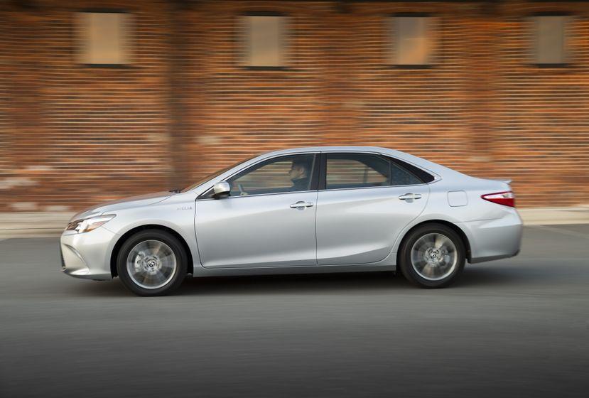 2015_Toyota_Camry_Hybrid_SE-011
