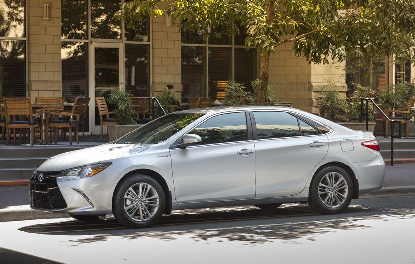 2015_Toyota_Camry_Hybrid_SE-013