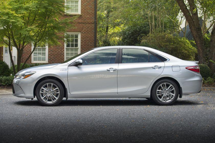 2015_Toyota_Camry_Hybrid_SE-014