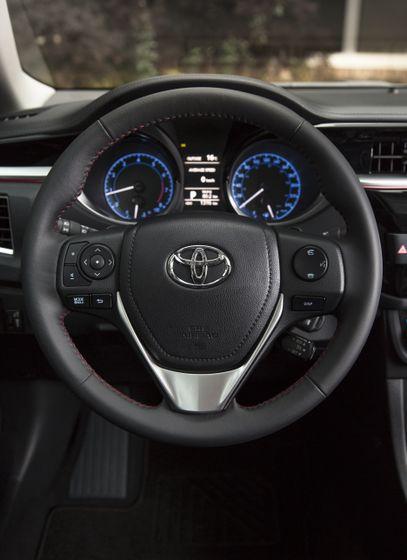 2015_Toyota_Corolla-24