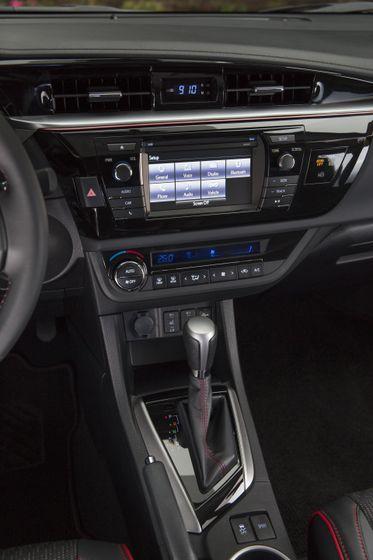2015_Toyota_Corolla-26