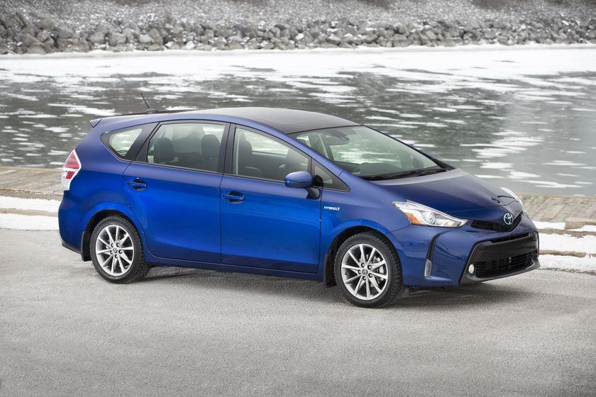 2015-2018 Toyota Prius v 01