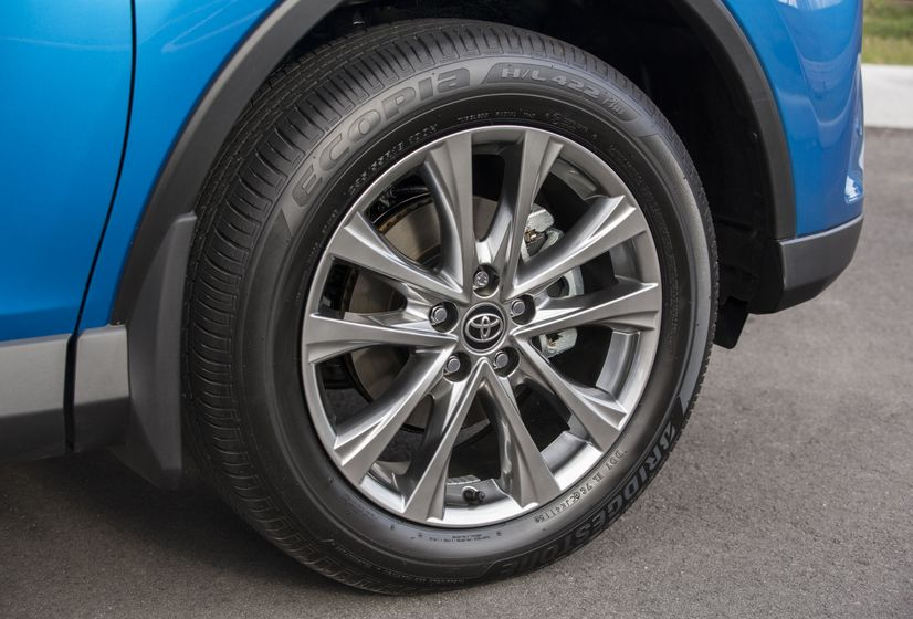 2016_Toyota_RAV4_Hybrid-15