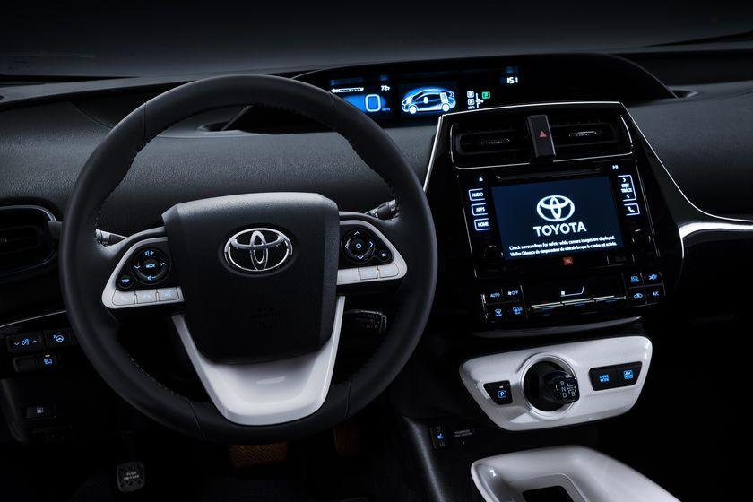 2016_Toyota_Prius_005