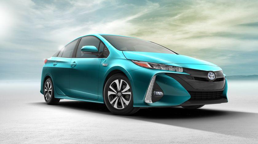 2017_Toyota_Prius_Prime_01
