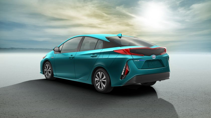 2017_Toyota_Prius_Prime_02