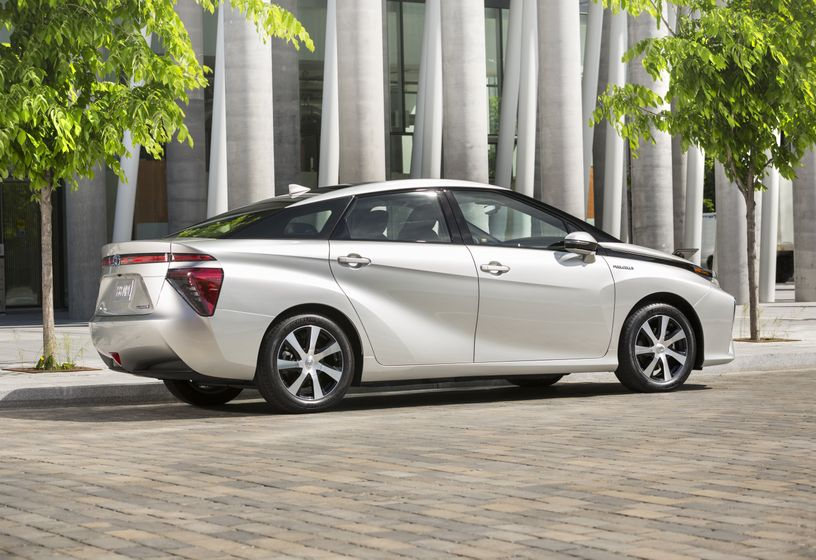 2016_Toyota_Mirai-2