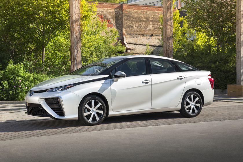 2016_Toyota_Mirai-6