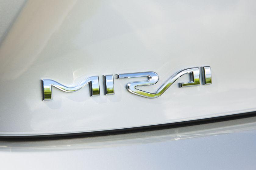 2016_Toyota_Mirai-13