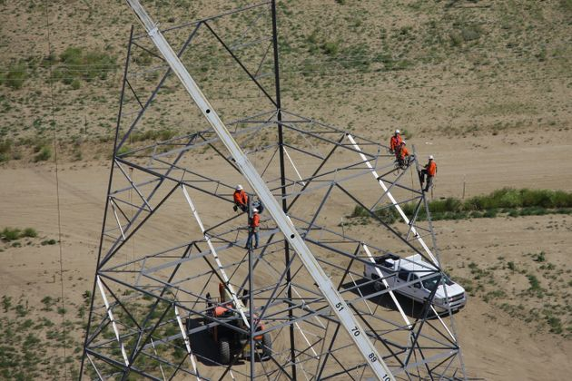 SCE Builds Transmission Towers
