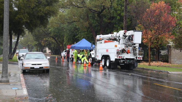SCE crews work in rain