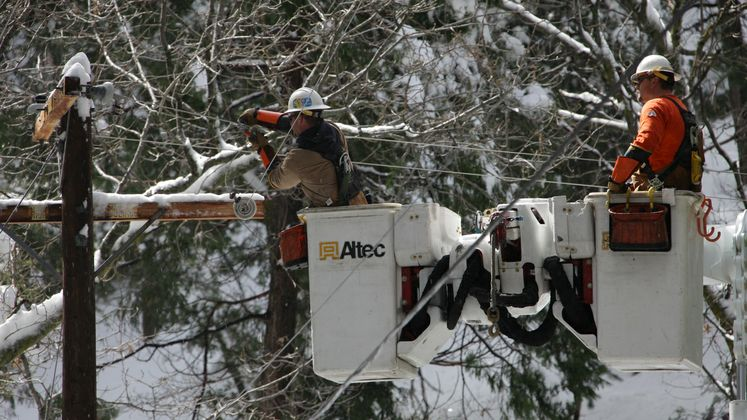SCE crew repairs downed lines