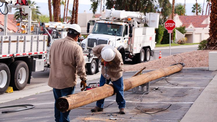SCE crane crew replaces pole