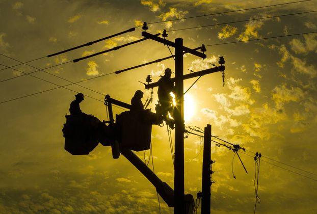 Linemen Work on SCE Infrastructure