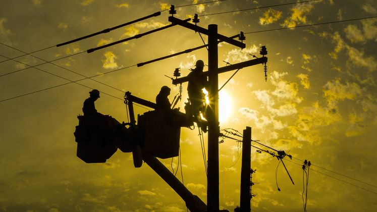 Linemen Work on SCE Infrastructure