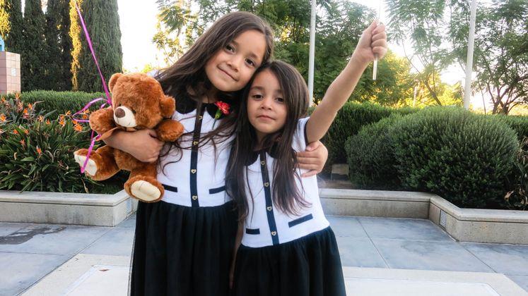 Niños de crianza celebran nuevas familias en el Día Nacional de la Adopción