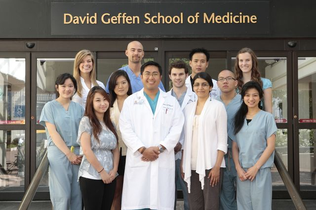 Dr. Isaac Yang and medical students in his lab