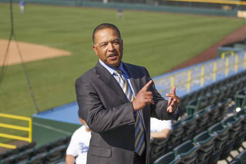 Dave Roberts meets with veterans