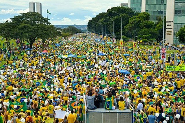 Protesters against corruption march in Brasilia