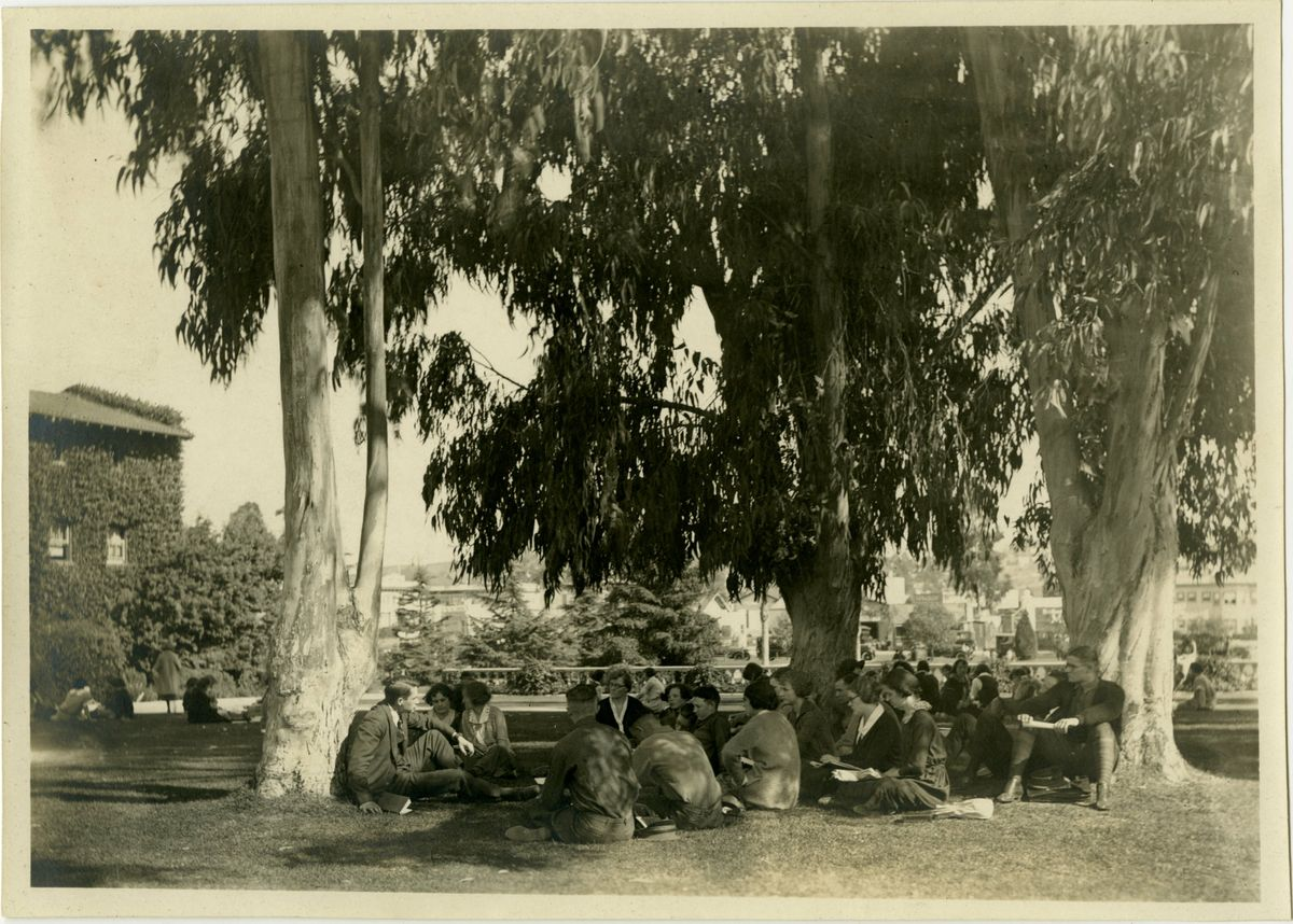English class outdoors UC Southern Branch 1923