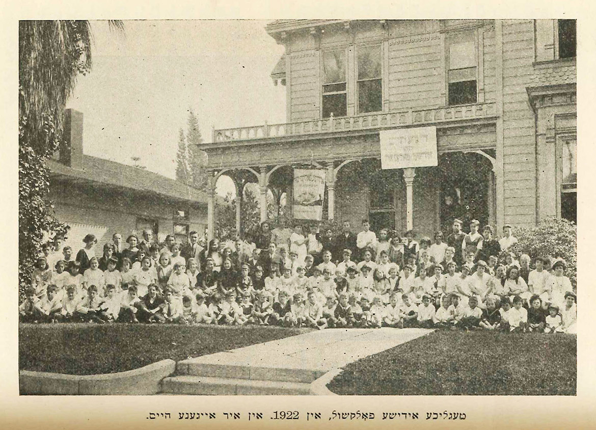 A photo of the original building at 420 N. Soto St., which housed the folkshul, ca. 1922.
