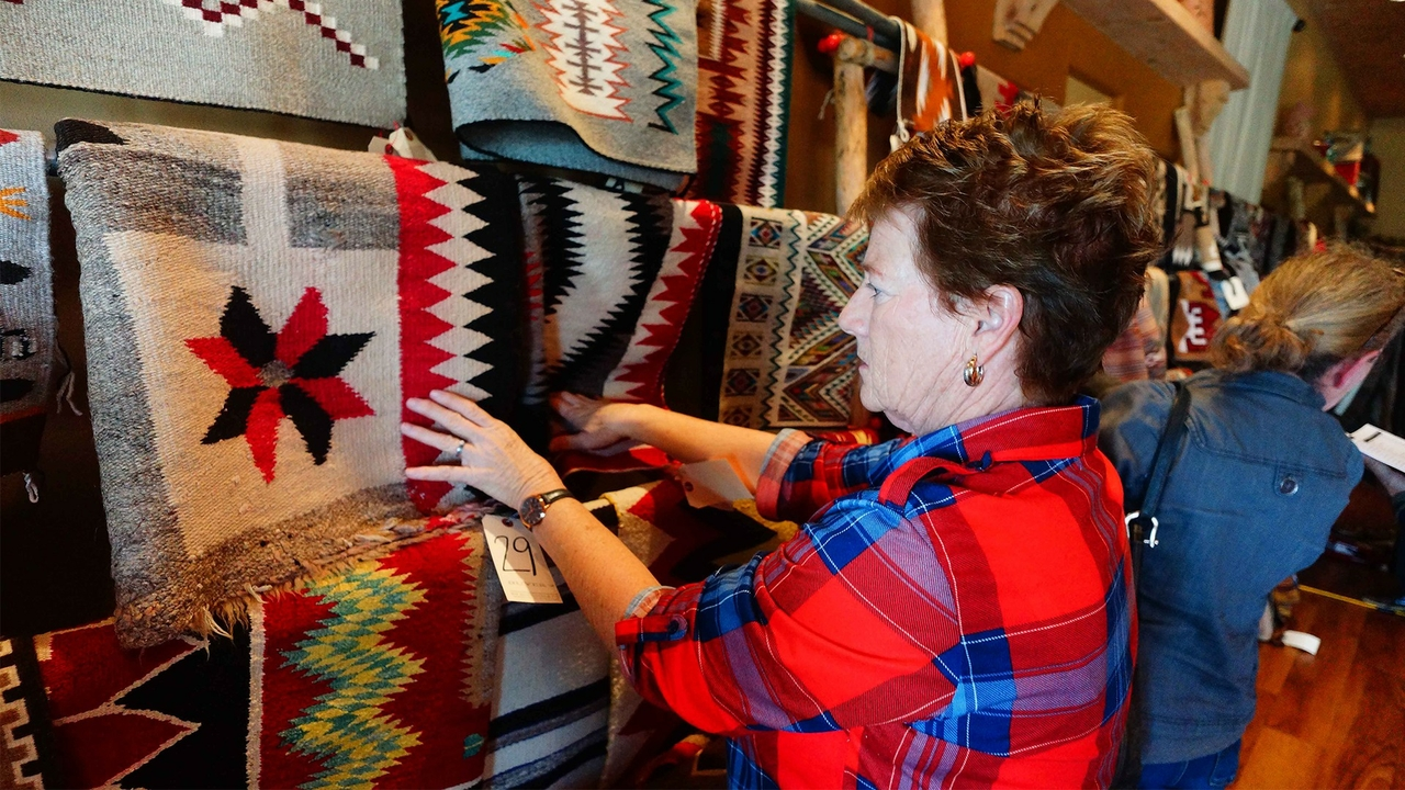 Navajo rug auction benefits museum
