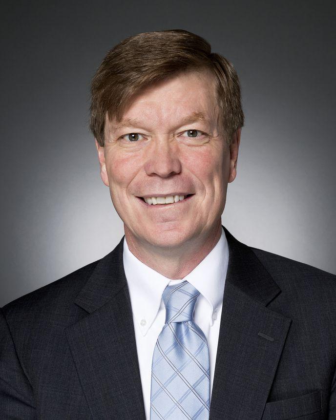 Dennis Stuligross, Vicepresidente senior de operaciones