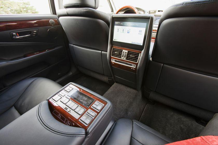 2011 Lexus LS460 32