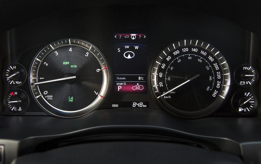 2016_Lexus_LX570-28