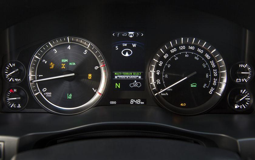 2016_Lexus_LX570-29