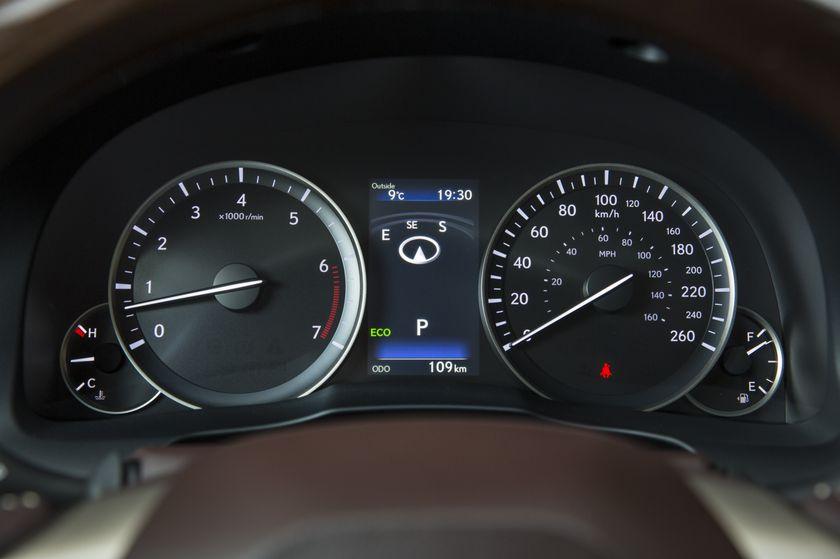 2016-2018_Lexus_ES350-21