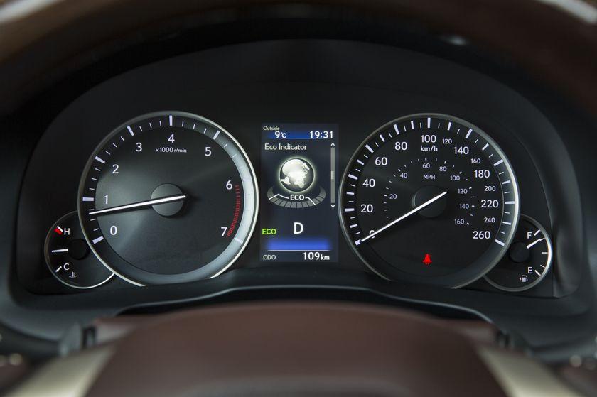 2016-2018_Lexus_ES350-22