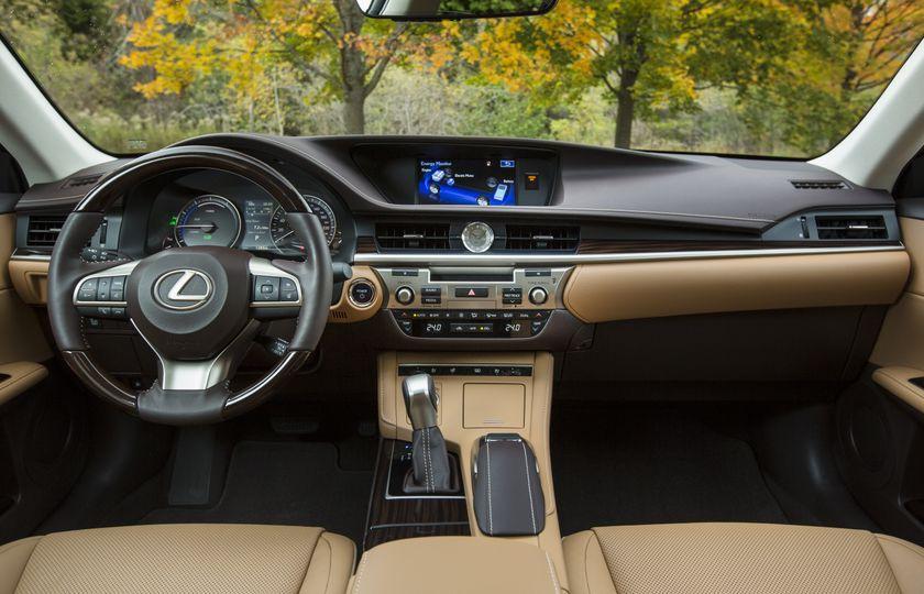 2016_Lexus_ES300h-23