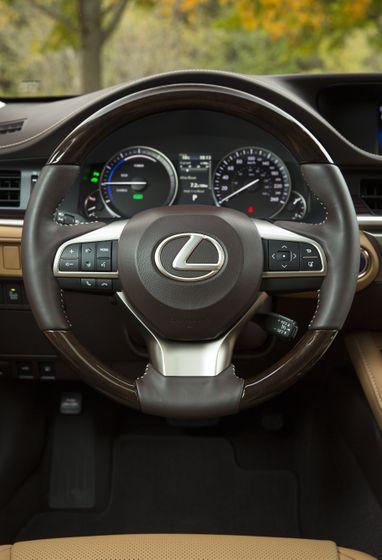 2016_Lexus_ES300h-24